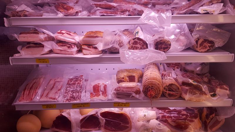 banco salumi e formaggi prodotti tipici lucani al punto vendita a chiaromonte macelleria de salvo