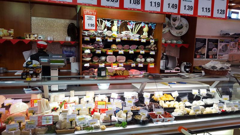 banco salumi e formaggi supermercato dok chiarmonte